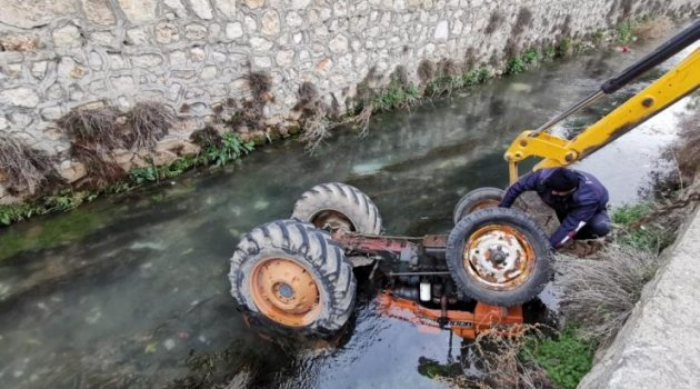 Kontrolden çıkan traktör sürücüsüyle Büyük Menderes Nehri'ne düştü