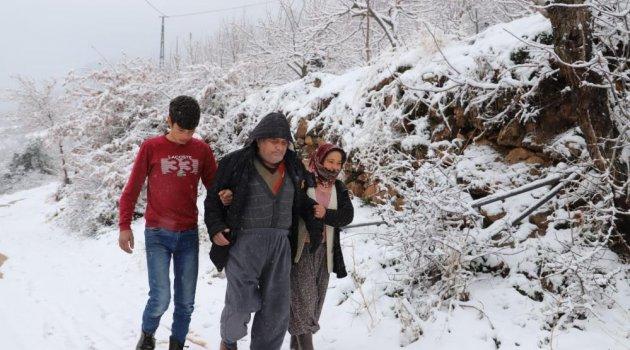 Alaşehir'de Kar nedeniyle mahsur kalan hastanın imdadına belediye ekipleri yetişti