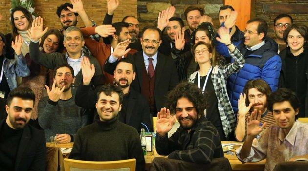 Başkan Cahan 5. Uluslararası Uşak Kanatlı Denizatı Kısa Film Festivali'nin Gala Yemeğinde Öğrencilerle Buluştu