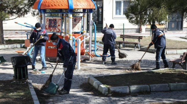 Kütahya'da park ve bahçelerde temizlik.