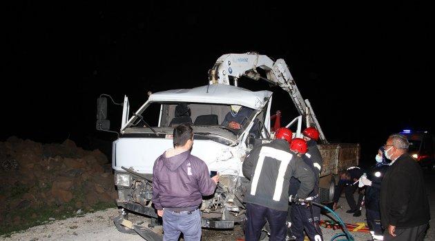 Manisa Kula'da kamyonet tırla çarpıştı: 1 ağır yaralı