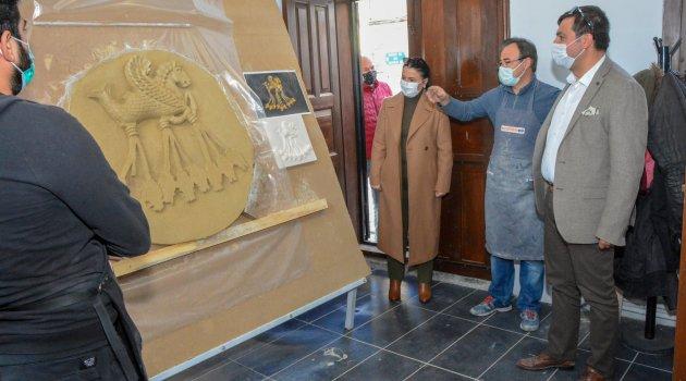 Uşak Belediye Başkanı Mehmet ÇAKIN, tamamlanan ve yapımı süren yeni hizmet binalarının girişine koyulmak üzere Uşak Belediyesi Seramik Evi'nde çalışmalarına başlanan 4 farklı seramik pano eserini yerinde inceledi.