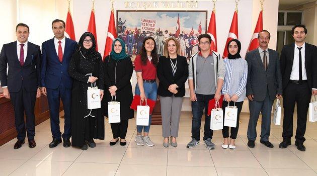Vali Funda Kocabıyık ulusal yarışmalarda dereceye giren öğrencileri ödüllendirdi.