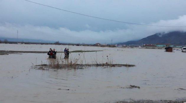 Sel sularında mahsur kalan anne ve oğlunu itfaiye kurtardı