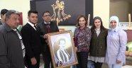 Funda Kocabıyık'a portre çalışması hediye edildi