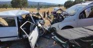 İki araç kafa kafaya çarpıştı: 1 ölü, 6 yaralı