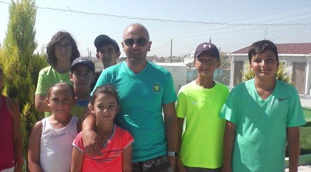 Türkiye Tenis Federasyonu 12 Yaş Yaz Turnuvası, Uşak Raket Tenis Kulübünün ev sahipliğinde düzenleniyor