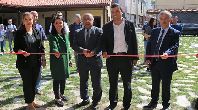 Uşak Üniversitesi Güzel Sanatlar Fakültesi Resim Bölümü yıl sonu sergisi törenle açıldı.