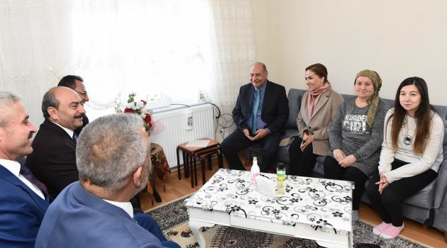 Uşak Valisi Funda Kocabıyık, Şehit Polis memuru Abdullah Bıyık'ın Banaz'daki baba evini ziyaret etti.