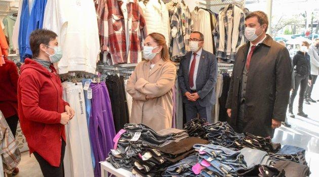 Uşak Valisi Funda Kocabıyık , Uşak Belediye Başkanı Mehmet Çakın ve Uşak Esnaf ve Sanatkar Odaları Birliği Başkanı Atalay Savaş Covid-19 tedbirlerine uyma çağrısında bulundu.