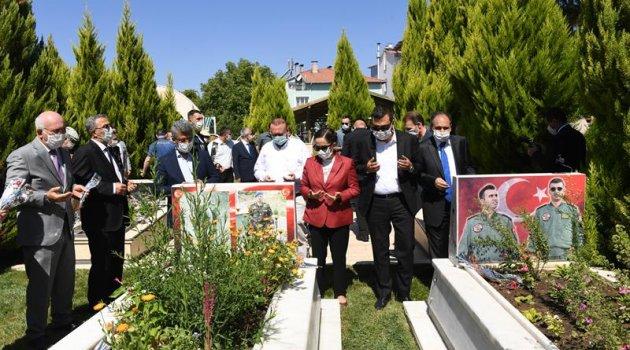 Vali Funda Kocabıyık Kurban Bayramı dolayısıyla Uşak Şehitliğini ziyaret etti.