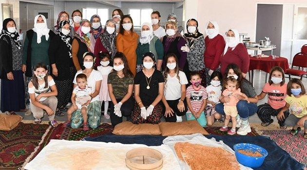 Vali Funda Kocabıyık Ortaköy'de köylülerle beraber tarhana yaptı