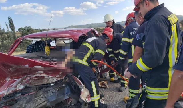 İki Otomobil Kafa Kafaya Çarpıştı: 2 Ölü, 2 Yaralı.
